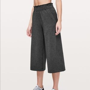 New LULULEMON Hello Sunday Crop Mod Black Gray 6
